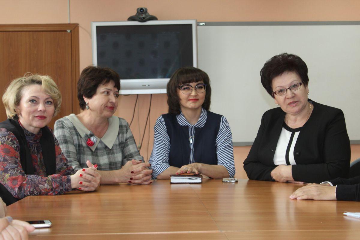 Министр образования Хакасии провела открытый урок для выпускников Хакасской национальной гимназии
