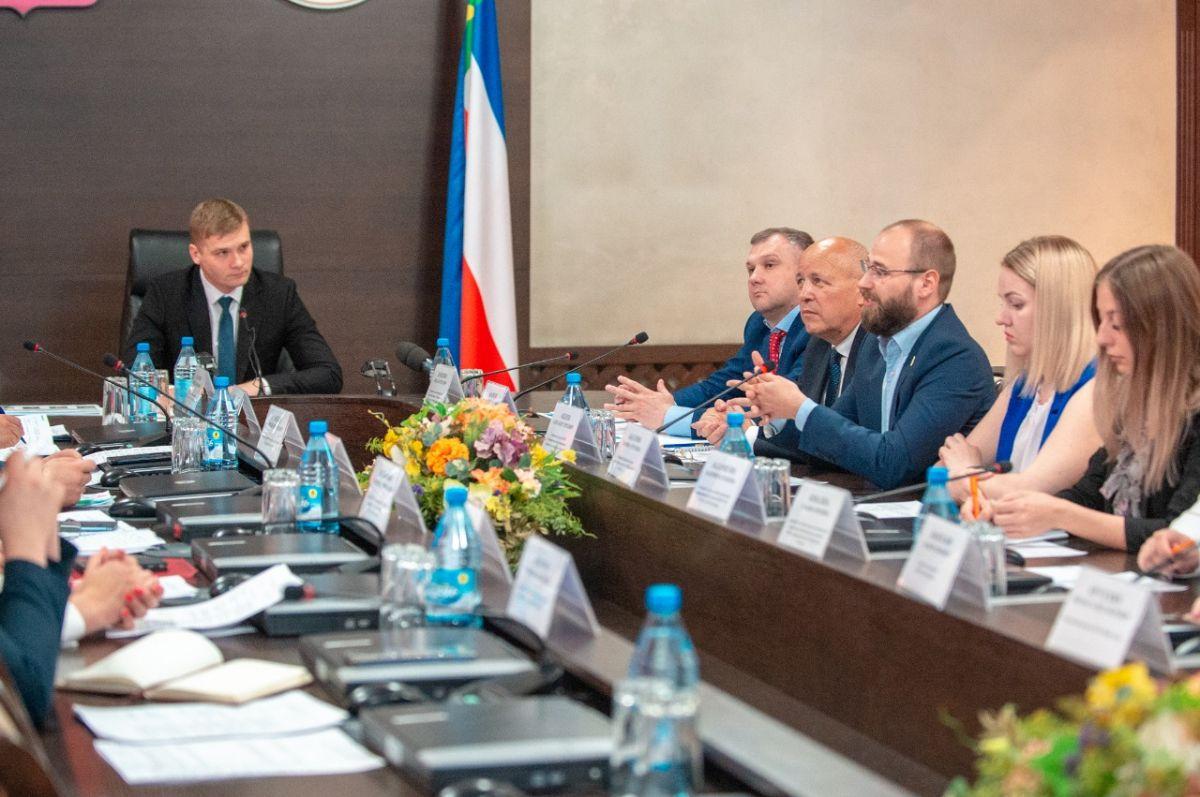 Глава Хакасии встретился с победителями конкурса «Лидеры Енисейской Сибири»
